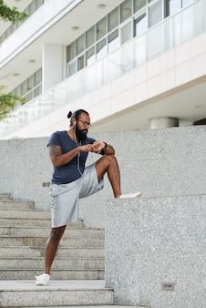 Разминка бородатого спортсмена