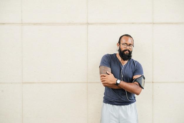 Атлетический индийский мужчина позирует