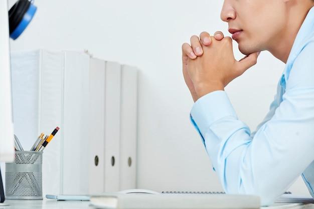 Человек читает в офисе