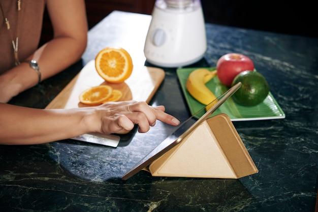 新鮮な果物とスムージーを調理