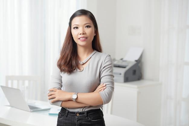 Современная молодая деловая женщина