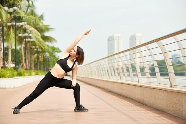 Тонкая женщина делает тренировки йоги