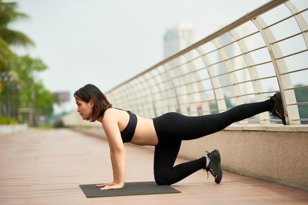 Атлетическая женщина делает йогу