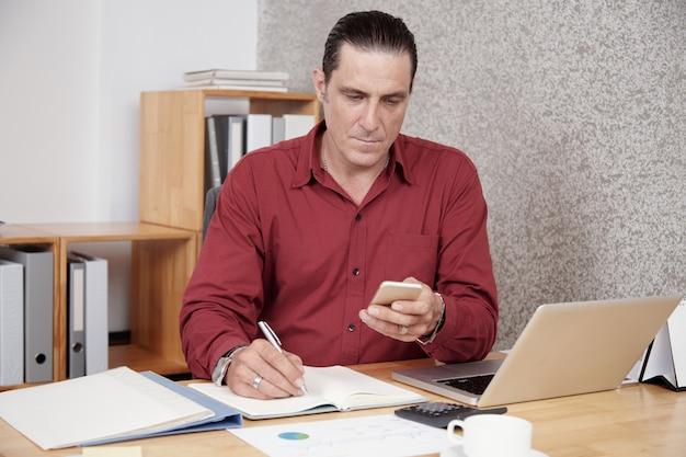 Занят бизнесмен работает в офисе