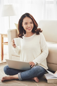 Симпатичная улыбающаяся азиатская женщина