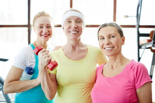 Женщины занимаются фитнесом