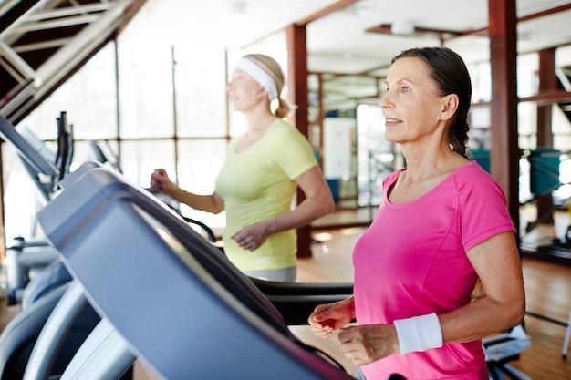 Женщины бегают в спортзале