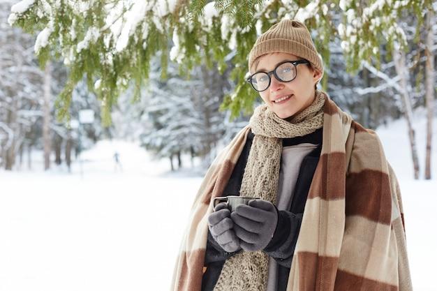 冬のリゾートでポーズをとる若い女性