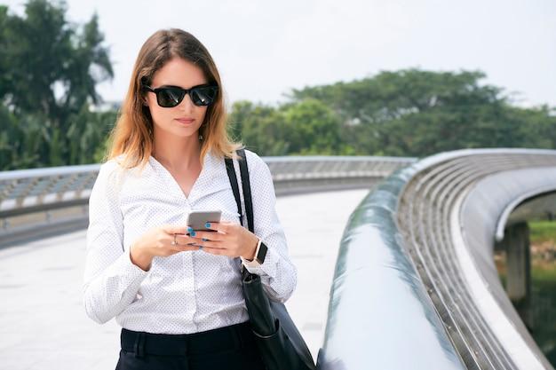 ビジネス女性のテキストメッセージの同僚