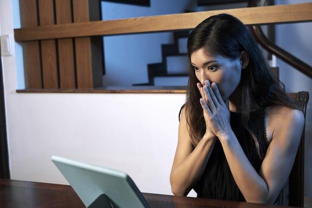 Женщина смотрит страшное кино
