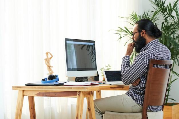 Программист на мониторе компьютера