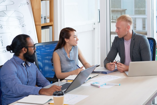 Бизнесмен работает со своими коллегами