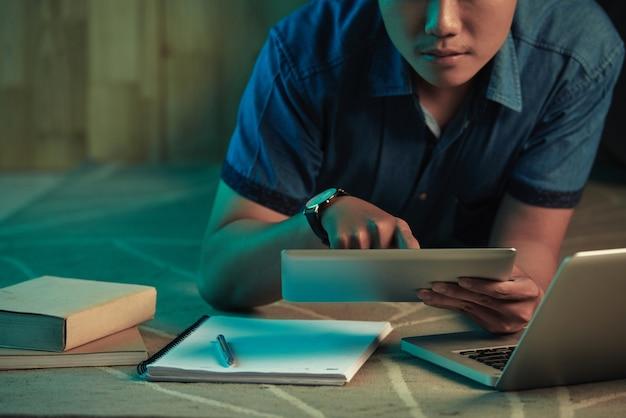 Студент учится ночью