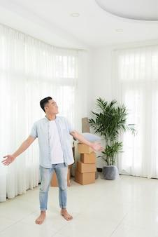 新しいアパートに満足して興奮した男
