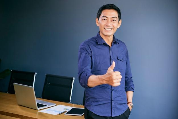 Азиатский мужчина говорит хорошую работу