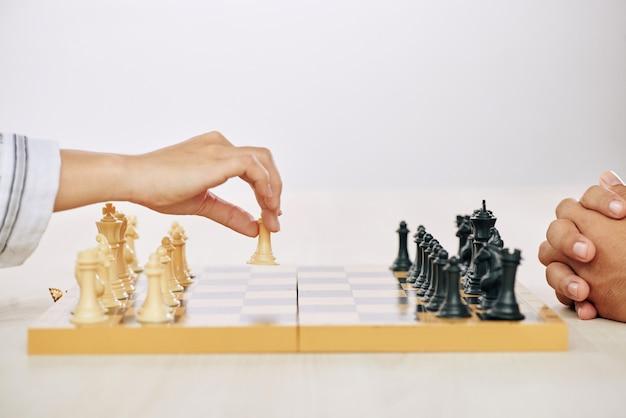 チェスをしている人々を切り取る