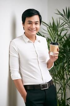 コーヒーを持ったビジネスマン