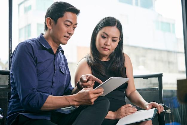 電子メールを議論するビジネス人々
