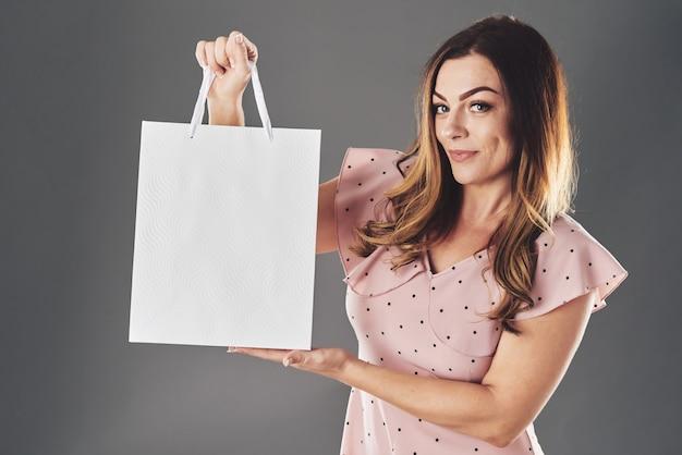 Женщина показывает покупку