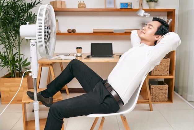 オフィスでリラックスした実業家