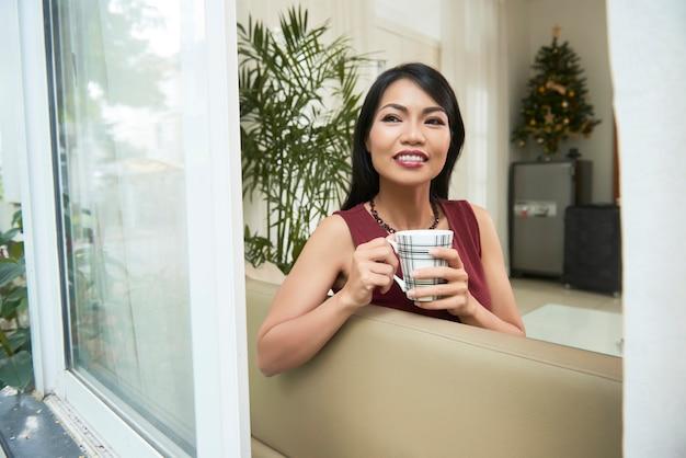 Женщина кофе выпивая
