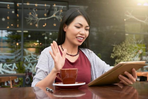 Женщина с помощью цифрового планшета