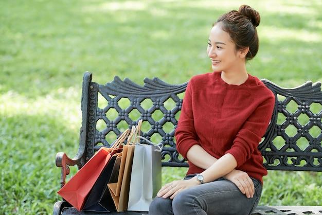 ベンチに座って魅力的なベトナム人女性