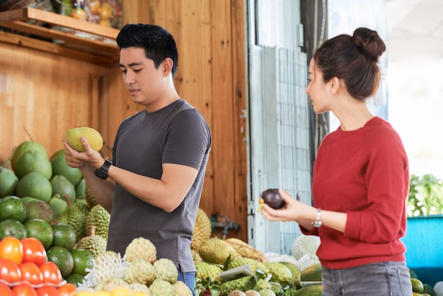 食料品を買うカップル
