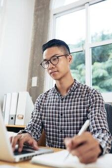 勉強する若い男