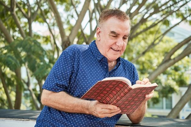 Пожилой мужчина читает