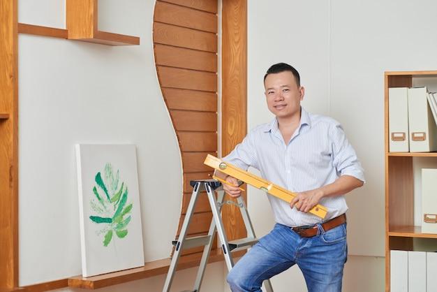 彼の家で修理をしている男