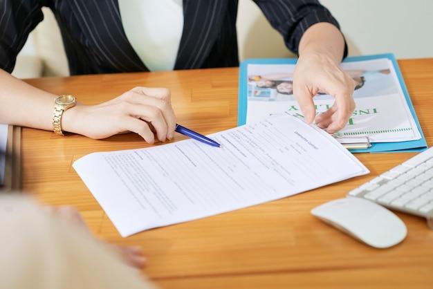 Социальный работник объясняя документы