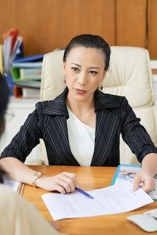 Социальный работник в офисе
