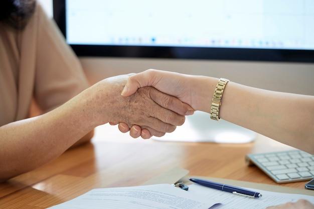 握手をしている女性