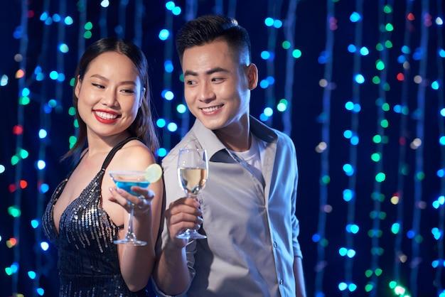 夜のクラブでのカップル