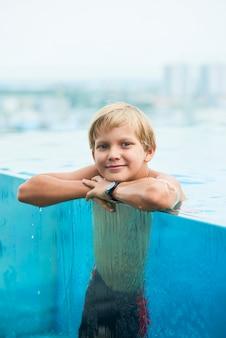 スイミングプールの少年