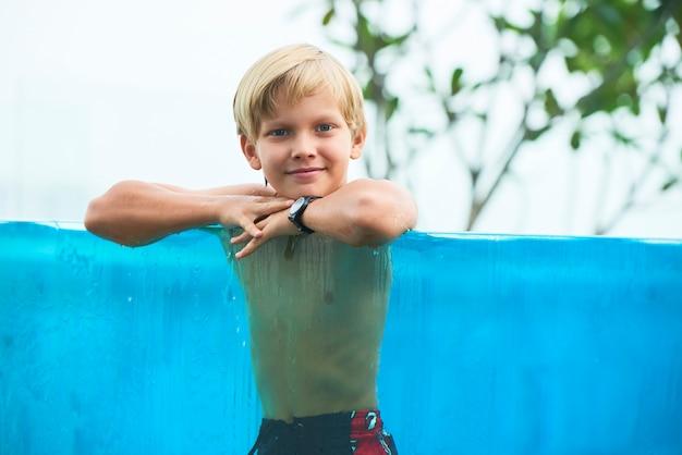 スイミングプールで幸せな少年