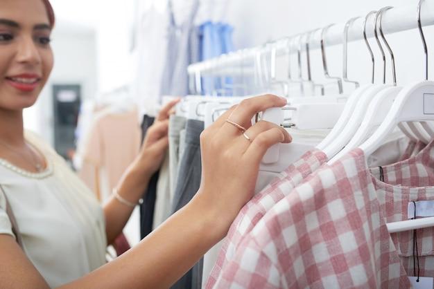 Женщина покупает одежду
