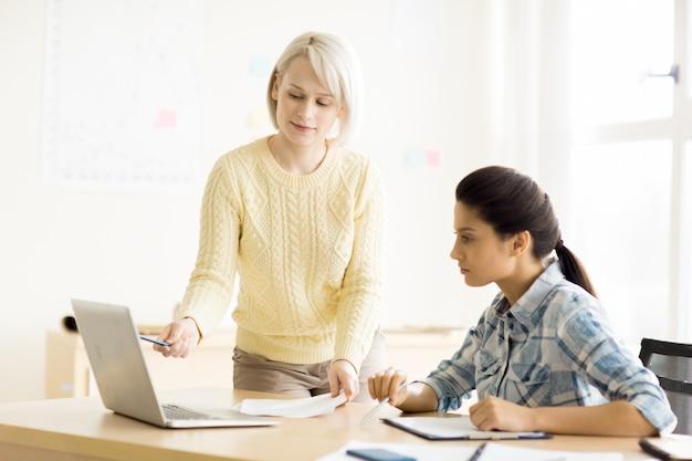 きちんとしたオフィスで一緒に働く女性