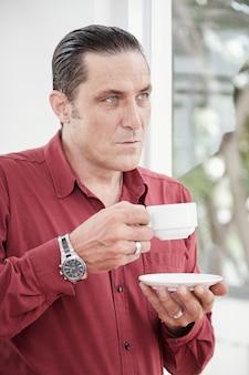 一杯のコーヒーを楽しむ