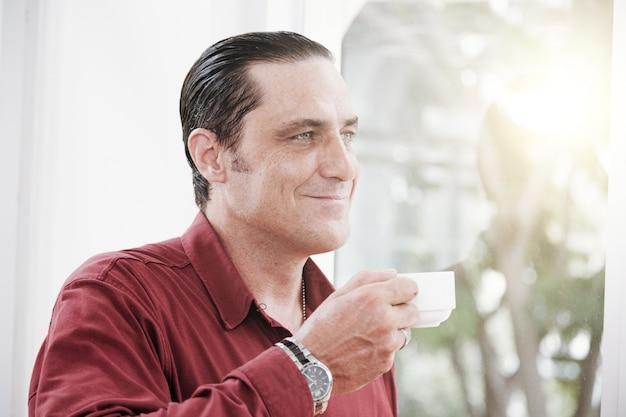 男はコーヒーブレークを持っています