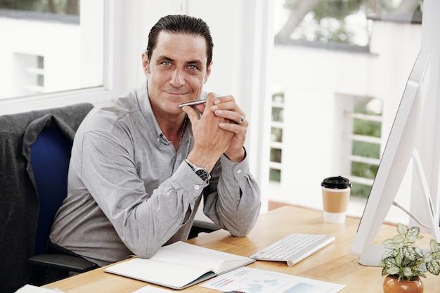 Менеджер сидит на своем рабочем месте