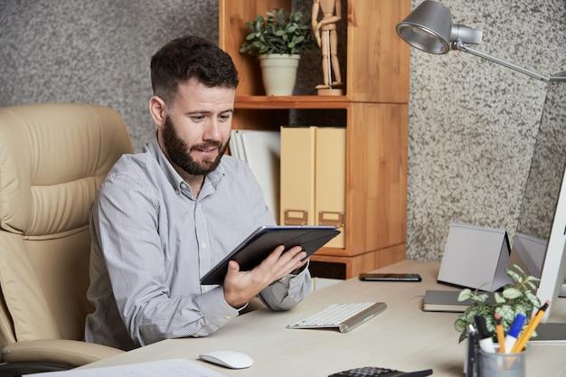 Бизнес руководитель с планшета