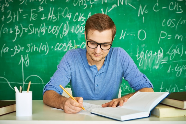 Умный мальчик делает очень сконцентрировал свою домашнюю работу