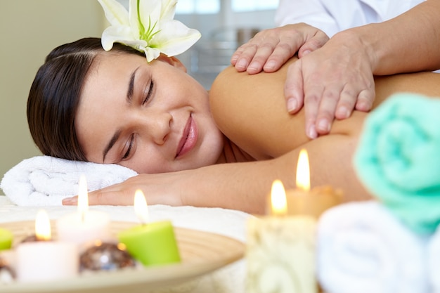 Молодая женщина, наслаждаясь массаж плеч