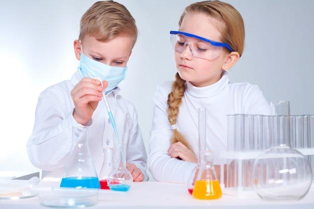少女は、実験室で彼女のチームメイトを見て