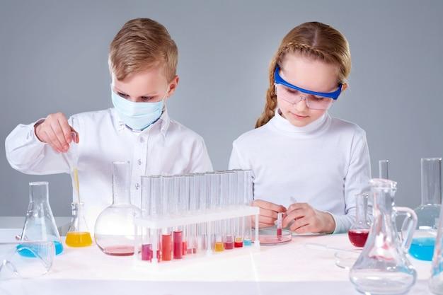 化学の授業に集中学生
