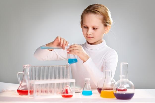女子高生化学実験を行います