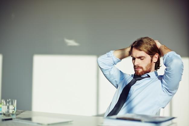 ひげを生やしたビジネスマンの思考