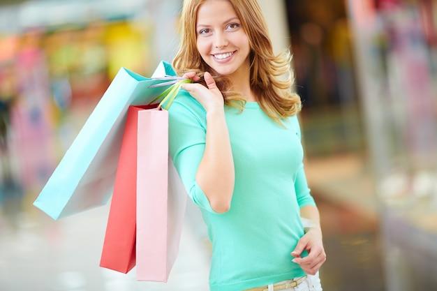 カラフルなバッグと笑顔の女性